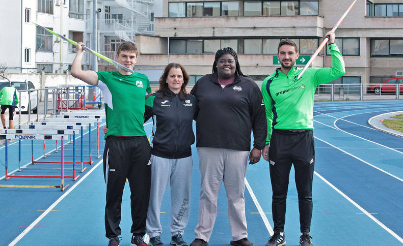 Manu Quijera, a la izquierda, junto a su entrenadora, Idoia Mariezkurrena, April Thomas y Nico Quijera, que ha sido pupilo de ambas.