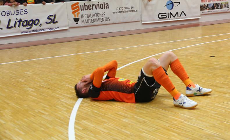 El jugador del Aspil-Jumpers Sergio González, desolado en el suelo tras el pitido final.