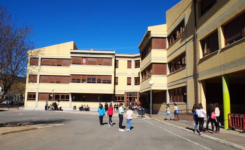 Foto de estudiantes del colegio e instituto San Miguel de Aoiz, durante un recreo.