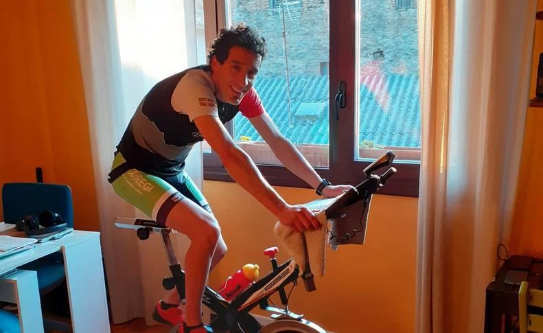 Xabier Zarranz, vigente campeón navarro de carreras de montaña y trail, sobre la bicicleta de 'spinning'.