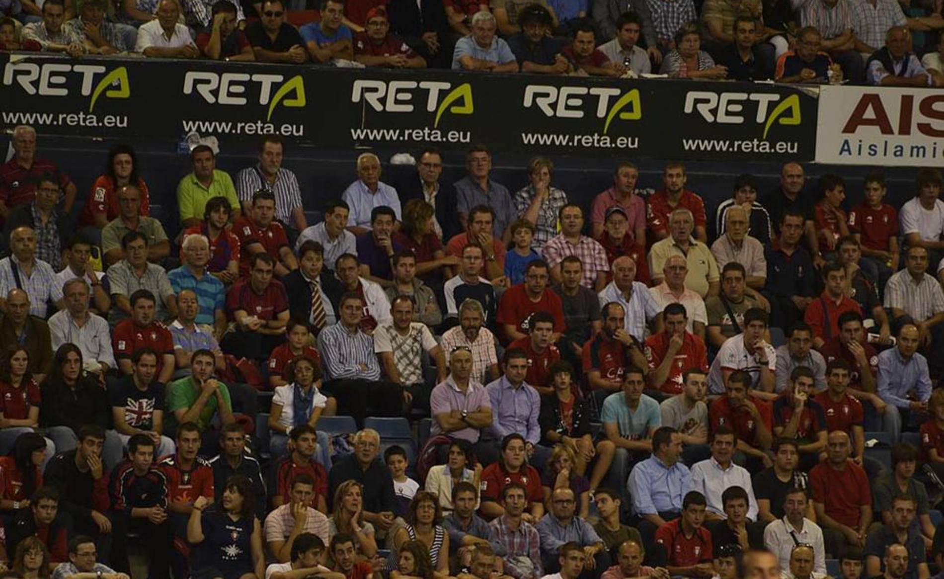 Búscate en la grada del estadio Reyno de Navarra durante el partido que han disputado este martes Osasuna y Sevilla, que ha terminado con empate a cero en el marcador.