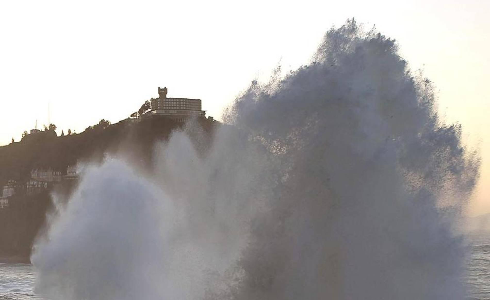 Temporal de viento en el Mar Cantábrico con grandes olas en las localidades de San Sebastián, Getxo, Zumaia y Santander.