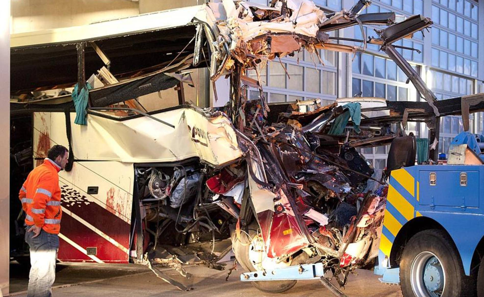Accidente en Suiza (1/35) - Varias imágenes del accidente de un autobus en Suiza - Internacional -