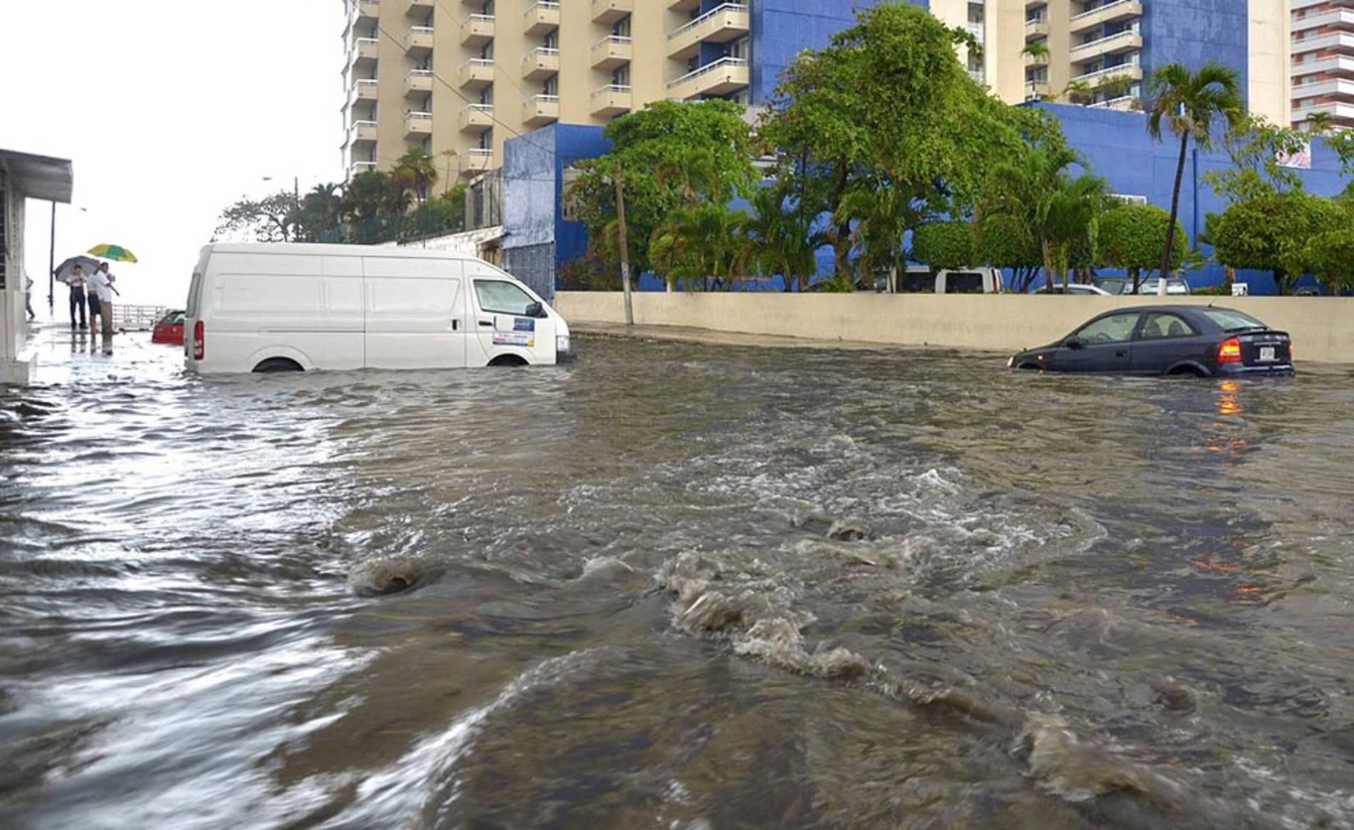 """El ciclón """"Bárbara"""" pasa por México (1/7) - El ciclón 'Bárbara' se convirtió en tormenta tropical después de haber tocado tierra como huracán en el sur de México, pese a lo cual causó dos muertos en el estado sureño de Oaxaca. - Internacional -"""