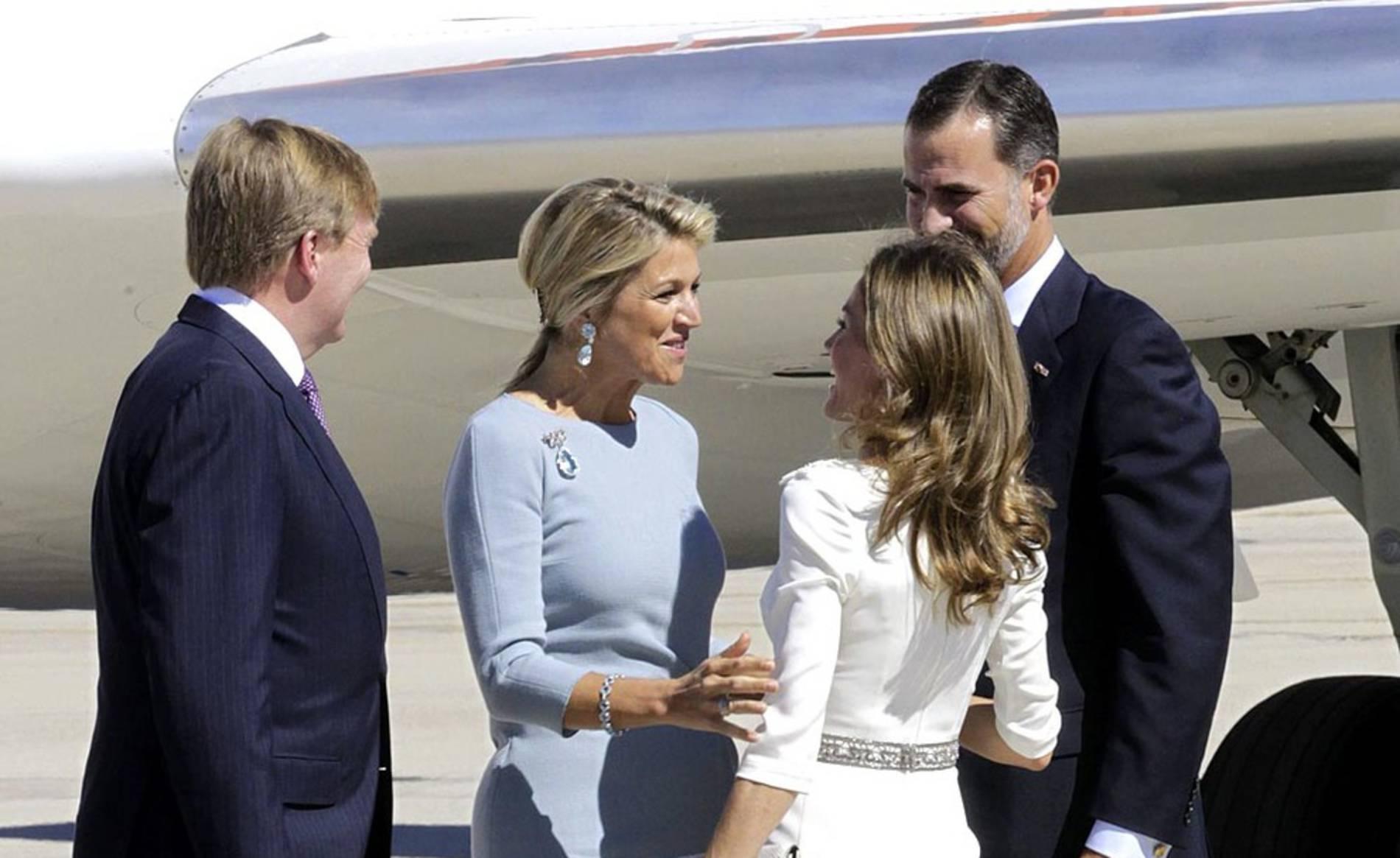 Visita de los Reyes de Holanda a España (1/32) - El rey Guillermo Alejandro de Holanda ha pilotado el avión en el que ha llegado con su esposa Máxima a la base aérea de Torrejón, donde les han recibido a pie de escalerilla los Príncipes de Asturias. - Nacional -