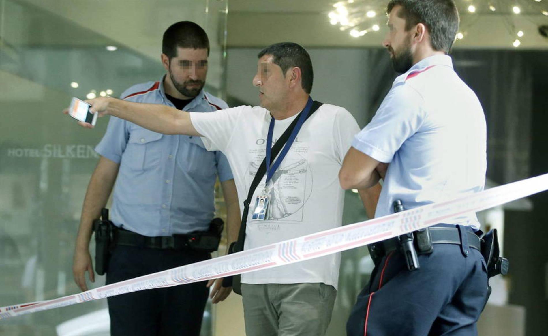 Tiroteo en la Rambla de Barcelona (1/6) - Agentes de policía en el Hotel Silken situado en la Rambla de Barcelona donde ha sucedido hoy un tiroteo en el que han resultado heridas varias personas. - Nacional -