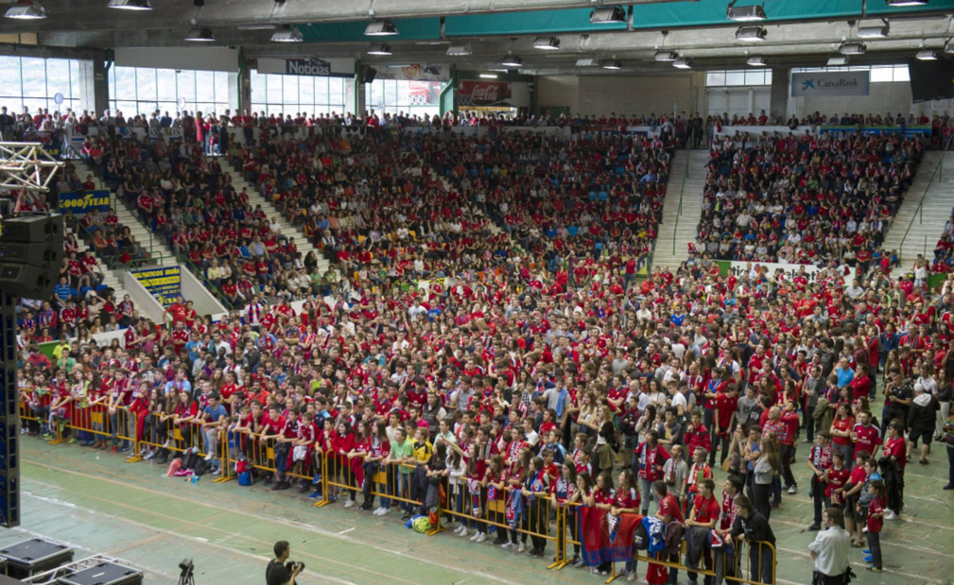 La afición rojilla en Anaitasuna (1/20) - Los aficionados de Osasuna comienzan a llenar el pabellón del Anaitasuna para ver el partido contra el Girona - Osasuna -