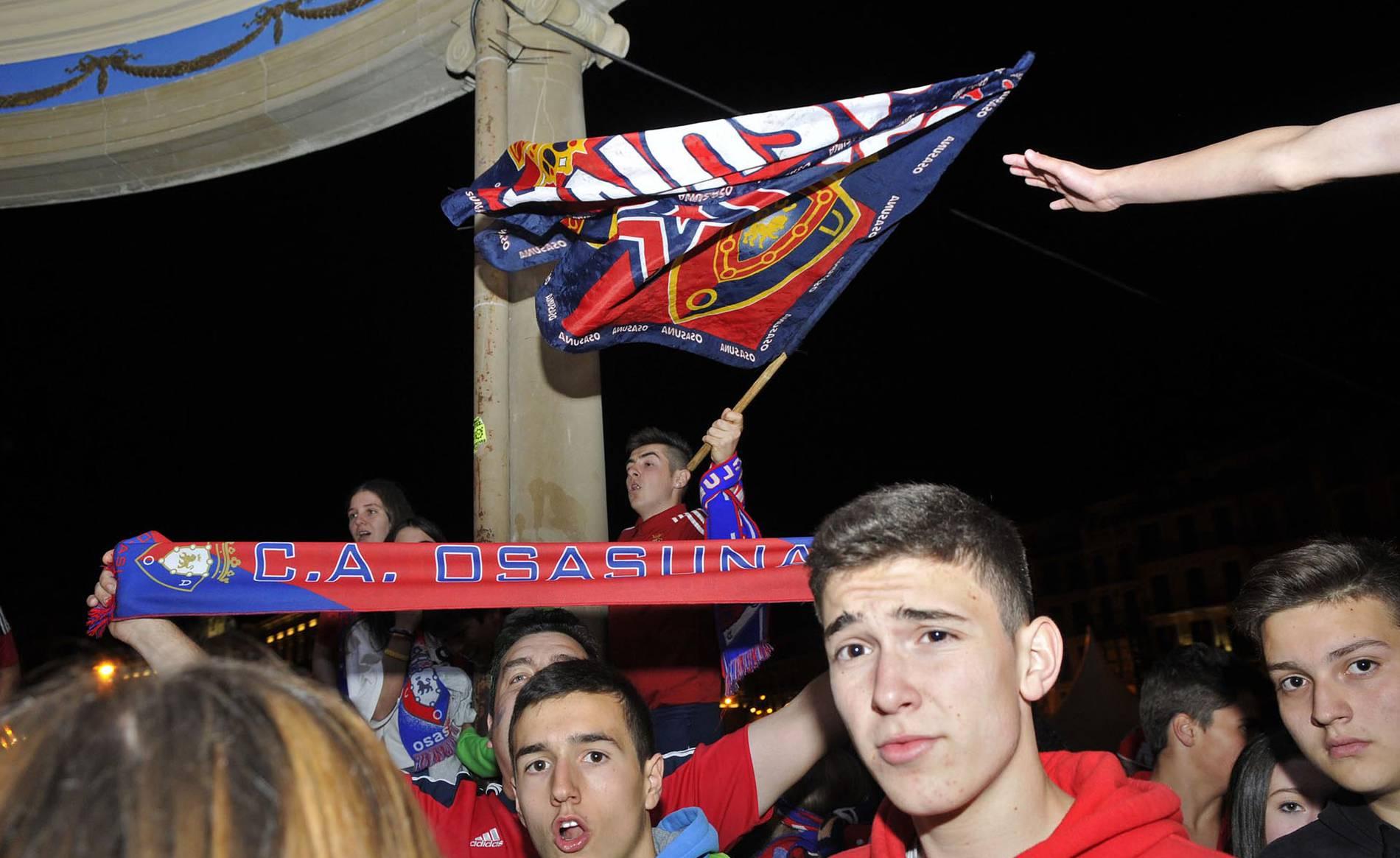 Ambiente del ascenso de Osasuna en el Casco Viejo de Pamplona (1/42) - Celebración del ascenso a Primera tras vencer en doble eliminatoria al Girona por 2-1 en el Sadar y 0-1 en Montilivi - Osasuna -