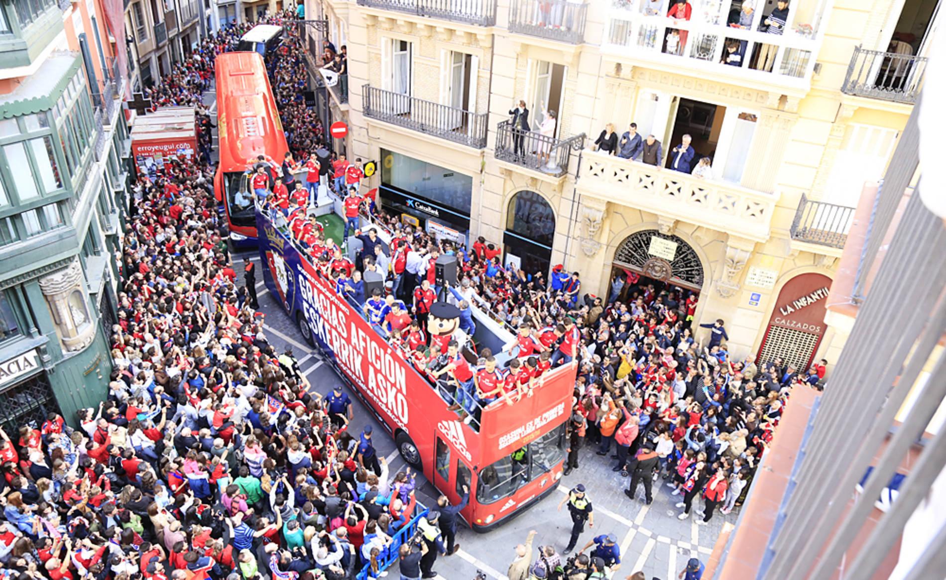 Actos oficiales y homenajes a Osasuna por el ascenso a Primera (1/28) - Rúa rojilla por las calles de Pamplona y actos oficiales en el Palacio del Gobierno de Navarra y en el Ayuntamiento de Pamplona. - Osasuna -
