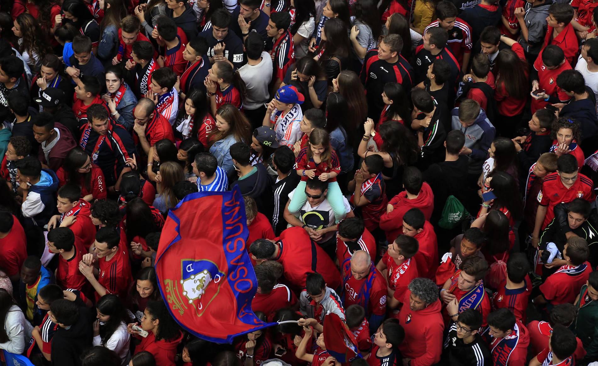 Homenaje a Osasuna en el Ayuntamiento de Pamplona por el ascenso (I) (1/49) - La Plaza Consistorial se tiñó de rojo en la celebración del ascenso de Osasuna a Primera División. - Osasuna -