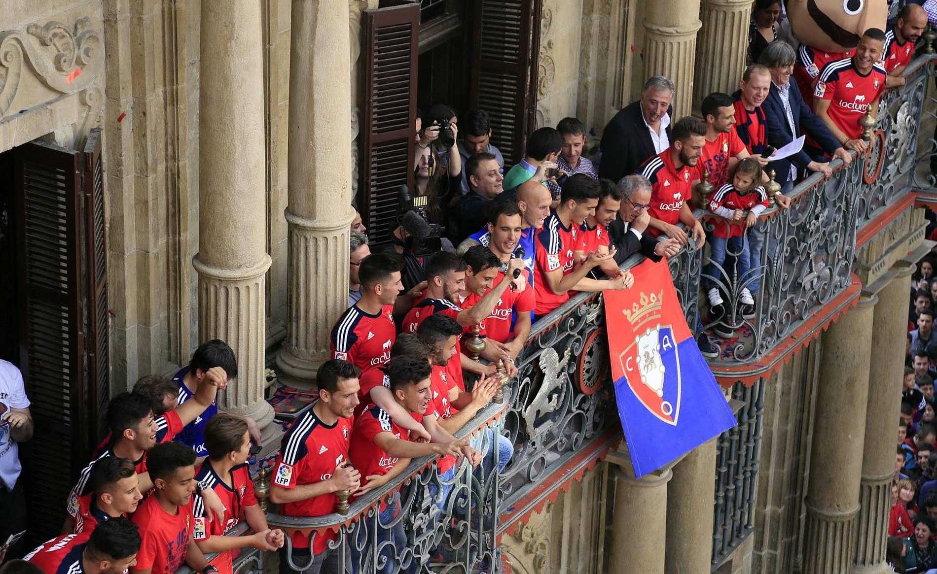 Homenaje a Osasuna en el Ayuntamiento de Pamplona por el ascenso (II) (1/25) - La Plaza Consistorial se tiñó de rojo en la celebración del ascenso de Osasuna a Primera División. - Osasuna -