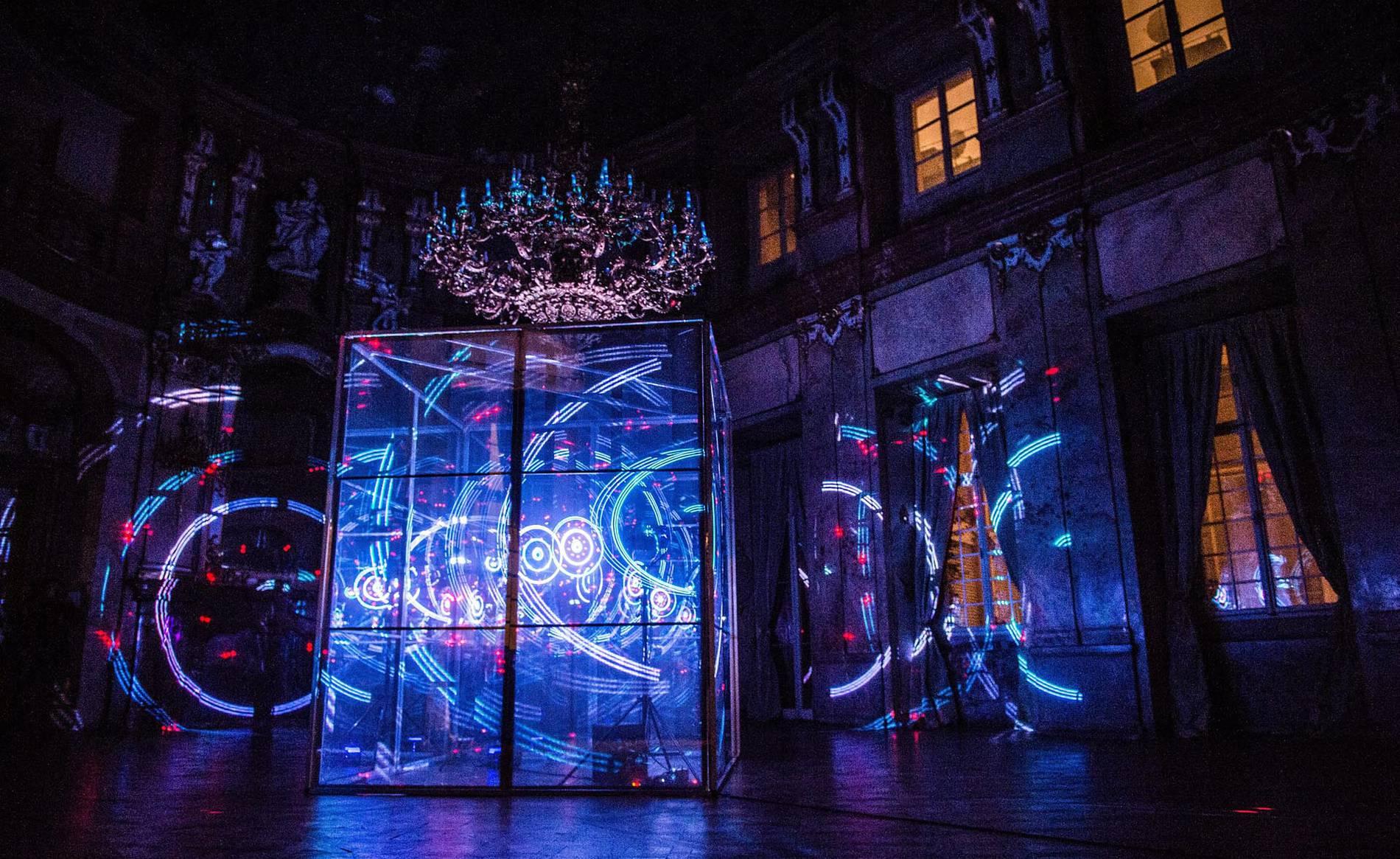 Praga se ilumina gracias al Festival Signal (1/18) - Los visitantes observan las instalaciones de lunes del Festival Signal de Praga - Sociedad -