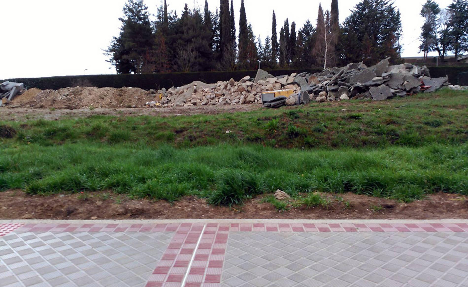 Fotodenuncias: Navarra sin Photoshop (1/112) - Un lector denuncia el aparcamiento sistemático de las motos de una pizzería en la acera de una trasera de Pío XII. - Navarra -
