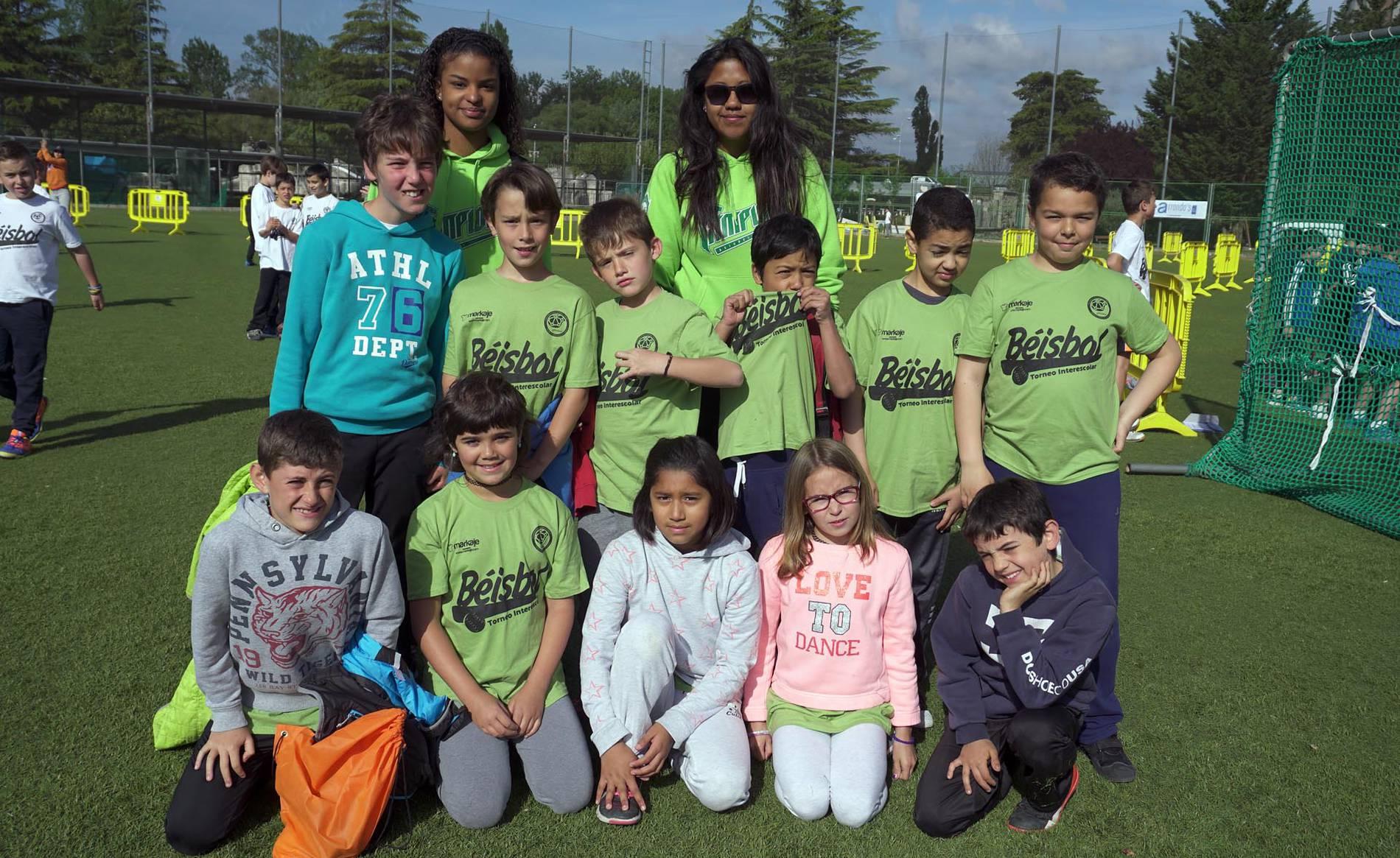 Una apuesta desde los colegios por el béisbol (1/9) - Entre el 18 y el 21 de abril se ha disputado en el Campo Municipal del Soto de Burlada una nueva edición del Torneo Interescolar de Béisbol. Han tomado parte un total de 18 equipos (9 rookies y 9 sophomores) de 13 centros escolares de la Comarca de Pamplona, que sumaron 223 jugadores en sus filas. Durante el torneo se jugaron un total de 80 partidos en los 4 campos en los que se dividió El Soto burladés. Los partidos se disputaron con una duración de 30 minutos o 6 entradas, jugando todos los equipos un mínimo de 8 partidos. - Más deporte -