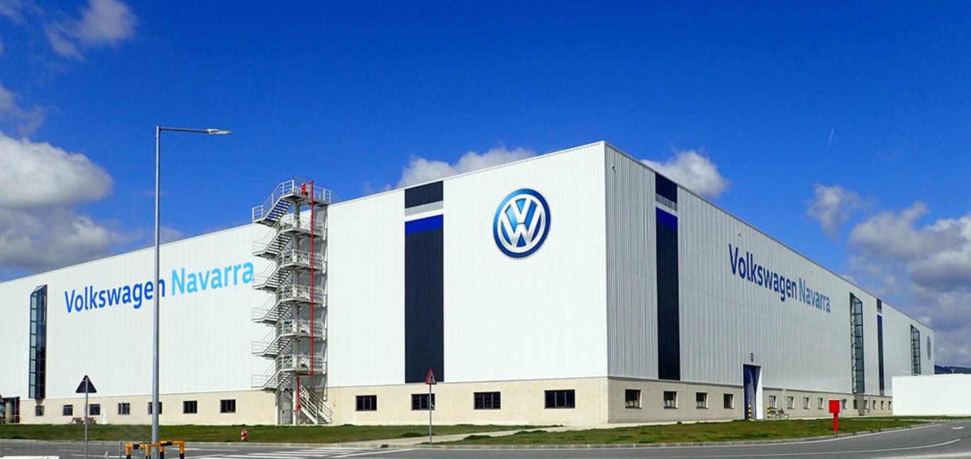 Nueva nave de Chapistería de Volkswagen Navarra (1/4) - Volkswagen Navarra ha estrenado una nave de Chapistería tras una inversión de 117,2 millones de euros. En 32.000 metros cuadrados, contiene 366 robots y alberga el primer paso del proceso productivo del nuevo Volkswagen Polo: la fabricación del bastidor del vehículo. - DN Management -