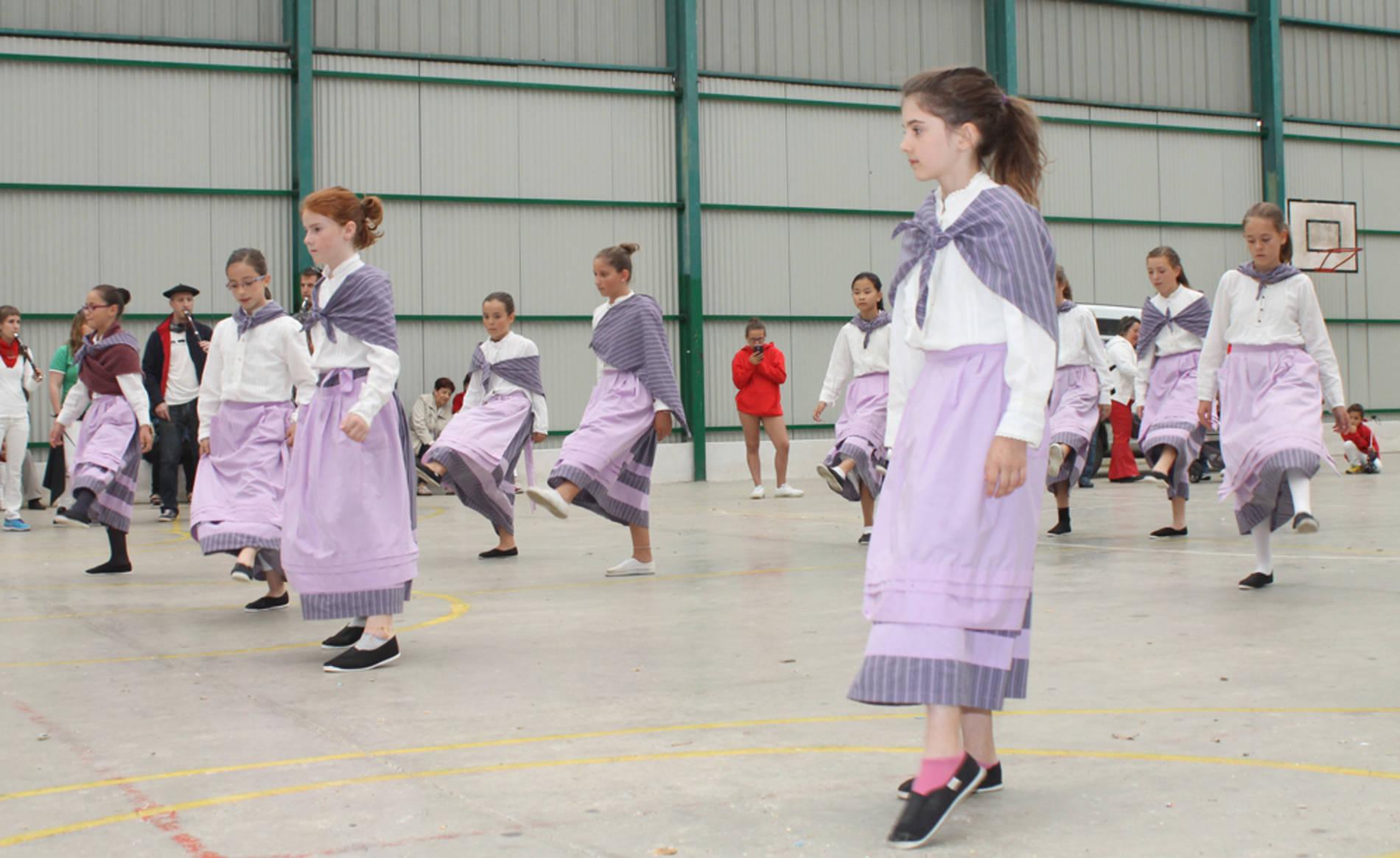 Grupo de danzas Harizti (1/10) - Grupo de danzas Harizti - Vivir en Barañáin -