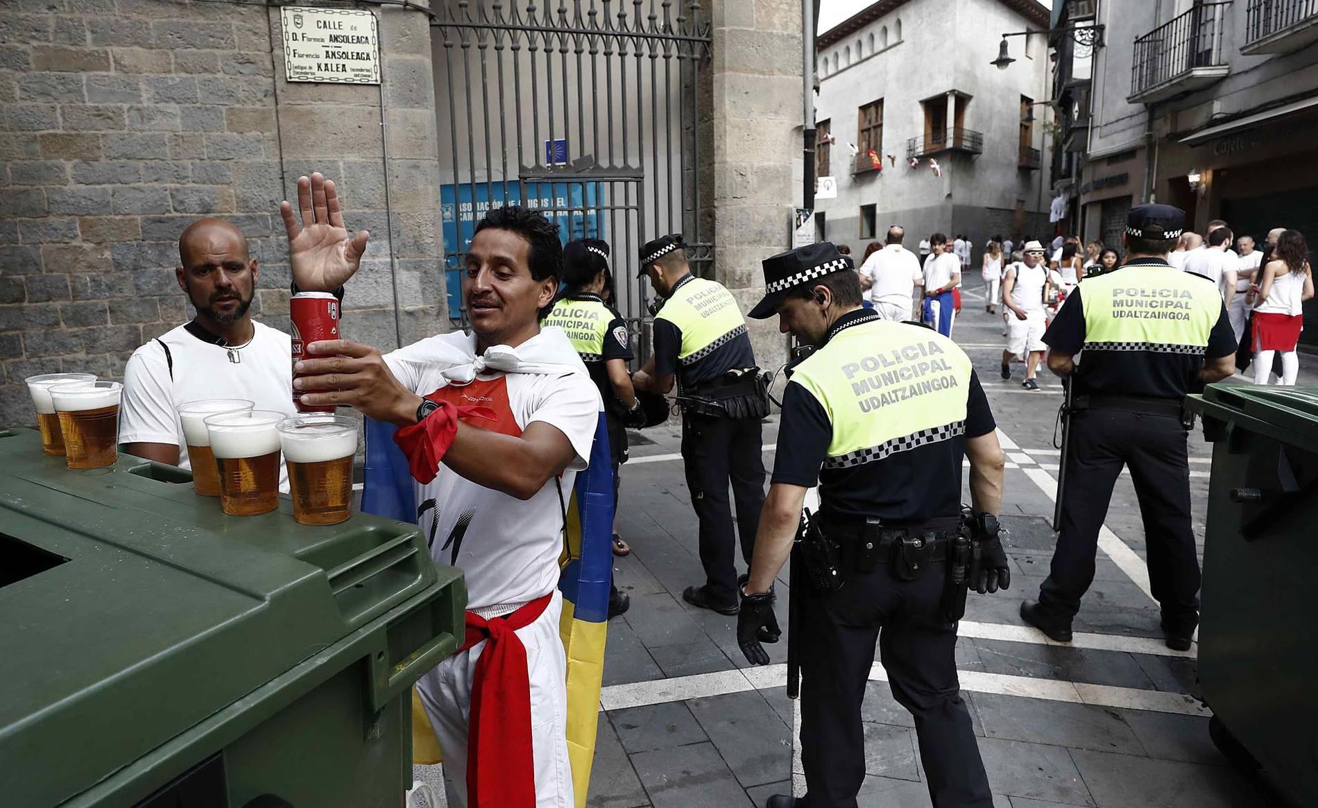 Control exhaustivo de la Policía Municipal para entrar en la plaza antes del chupinazo (1/3) - Minucioso control de bolsos y mochilas - Contenidos -