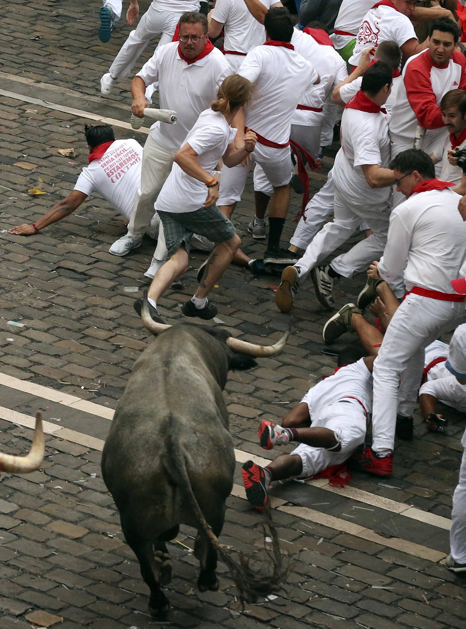 Herido grave en la plaza del Ayuntamiento (1/9) - Un norteamericano de 22 años ha resultado herido grave en el segundo encierro de San Fermín 2017 al ser empitonado en un brazo por uno de los toros de José Escolar. - San Fermín -