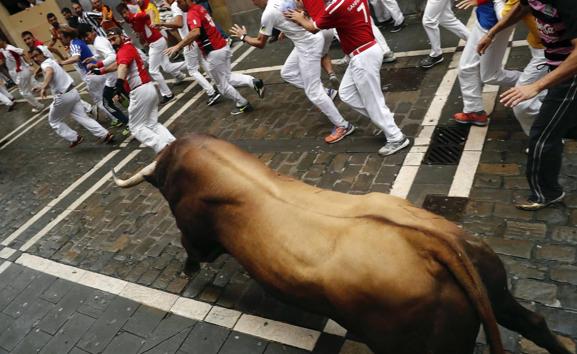 Momentos de tensión por el toro 'Huracán' en el tercer encierro (1/21) - Carrera del 9 de julio de 2017. - San Fermín -
