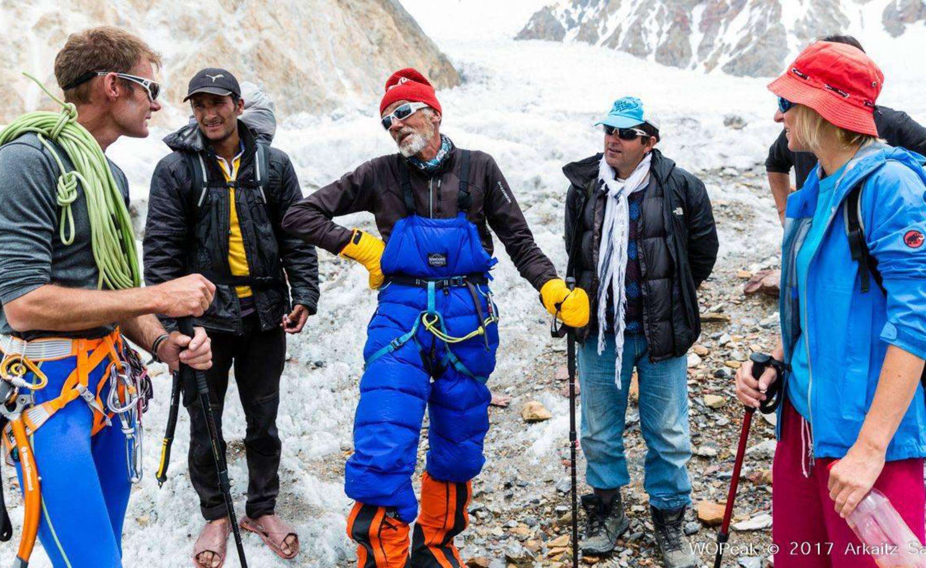 Zabalza, Iñurrategi y Vallejo rescatan a un montañero italiano en el G-II (1/6) - El montañero navarro Mikel Zabalza y sus compañeros Juan Vallejo y Alberto Iñurrategi, que el pasado fin de semana daban por concluido sin éxito su intento de enlazar las cumbre del G-I y G-II, han rescatado al montañero italiano Valerio Annovazzi, que llevaba cuatro días sin poder moverse del Campo 3 del G-II. - Montaña - ARKAITZ SAIZ / WOPEAK