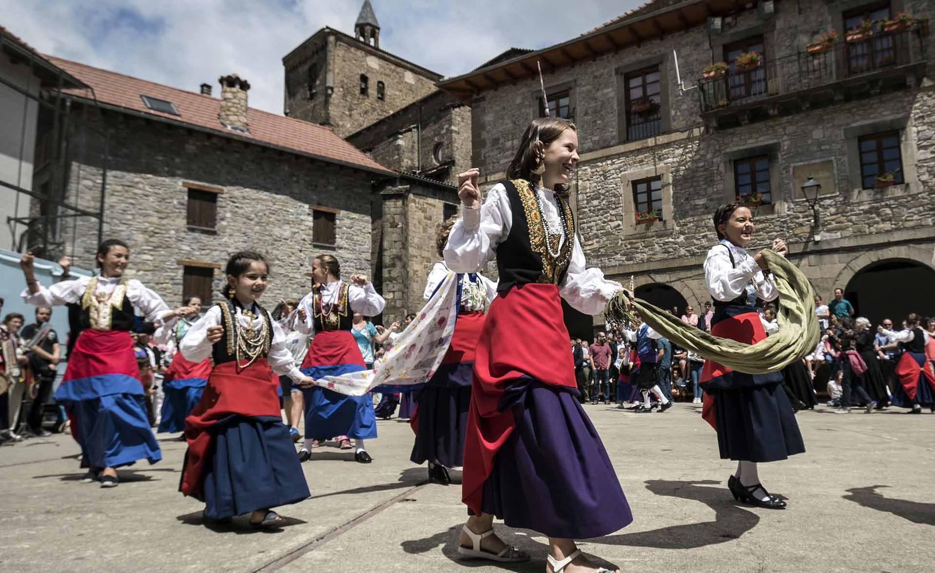 Día grande de las fiestas de Isaba (1/21) - Danzas propias del valle, decenas de personas vistiendo coloristas trajes roncaleses, el baile de la bandera del pueblo... - Zona norte -