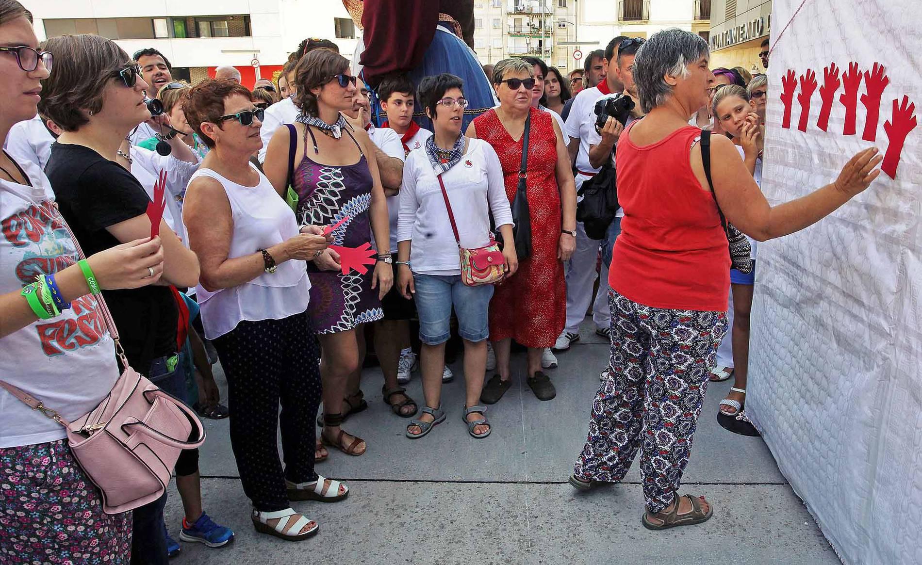 Homenaje en Burlada a las mujeres asesinadas (1/10) - Imágenes del acto que se ha celebrado durante las fiestas de la localidad. - Pamplona y Comarca -