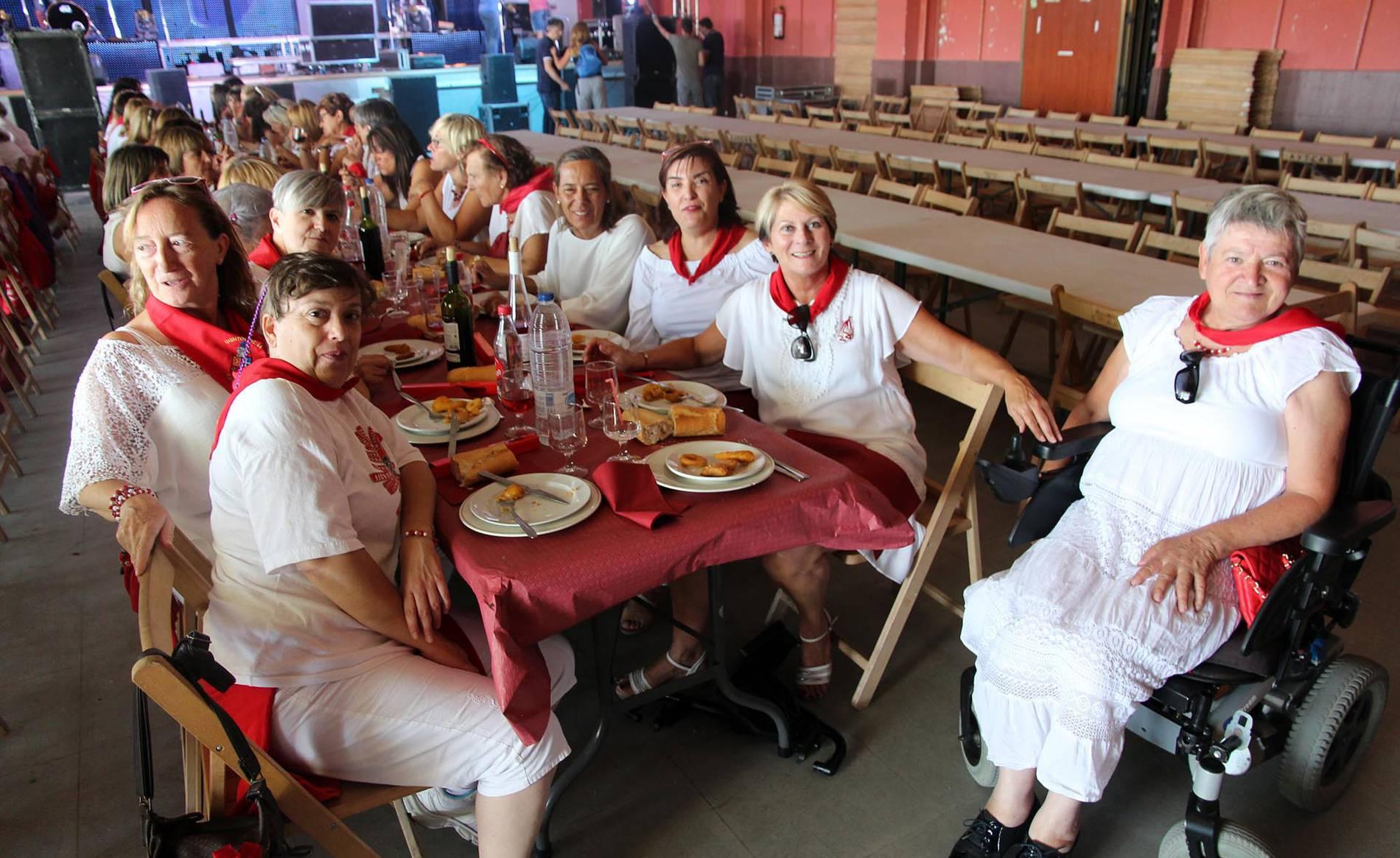 Comida del día de la mujer de las fiestas de Cabanillas (1/4) - Imágenes de la comida de la mujer de las fiestas de Cabanillas - Tudela y Ribera -