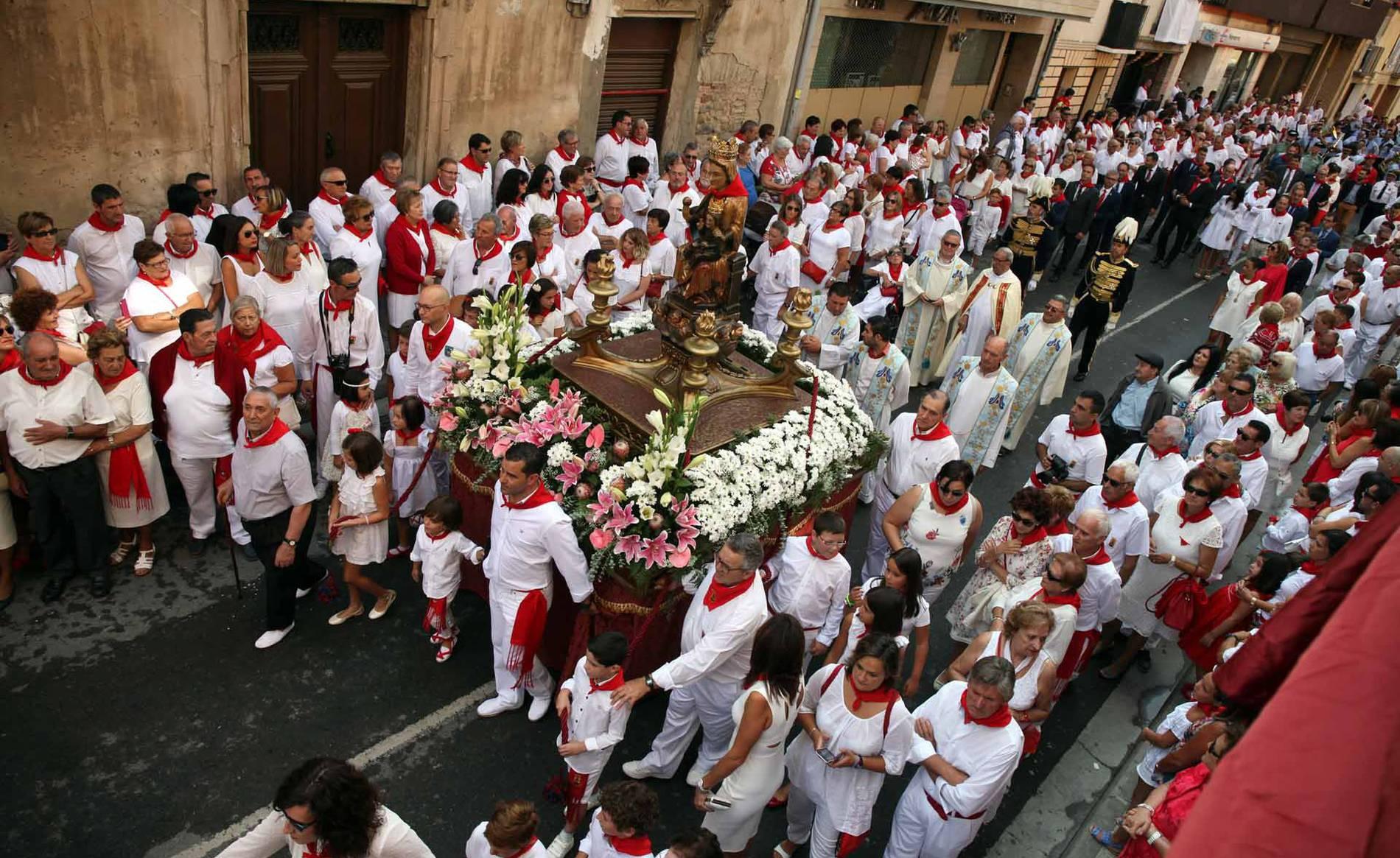 Procesión de la Virgen de la Paz por las calles de Cintruénigo (1/20) - Imágenes de la procesión de la Virgen de la Paz de las fiestas de Cintruénigo - Tudela y Ribera -