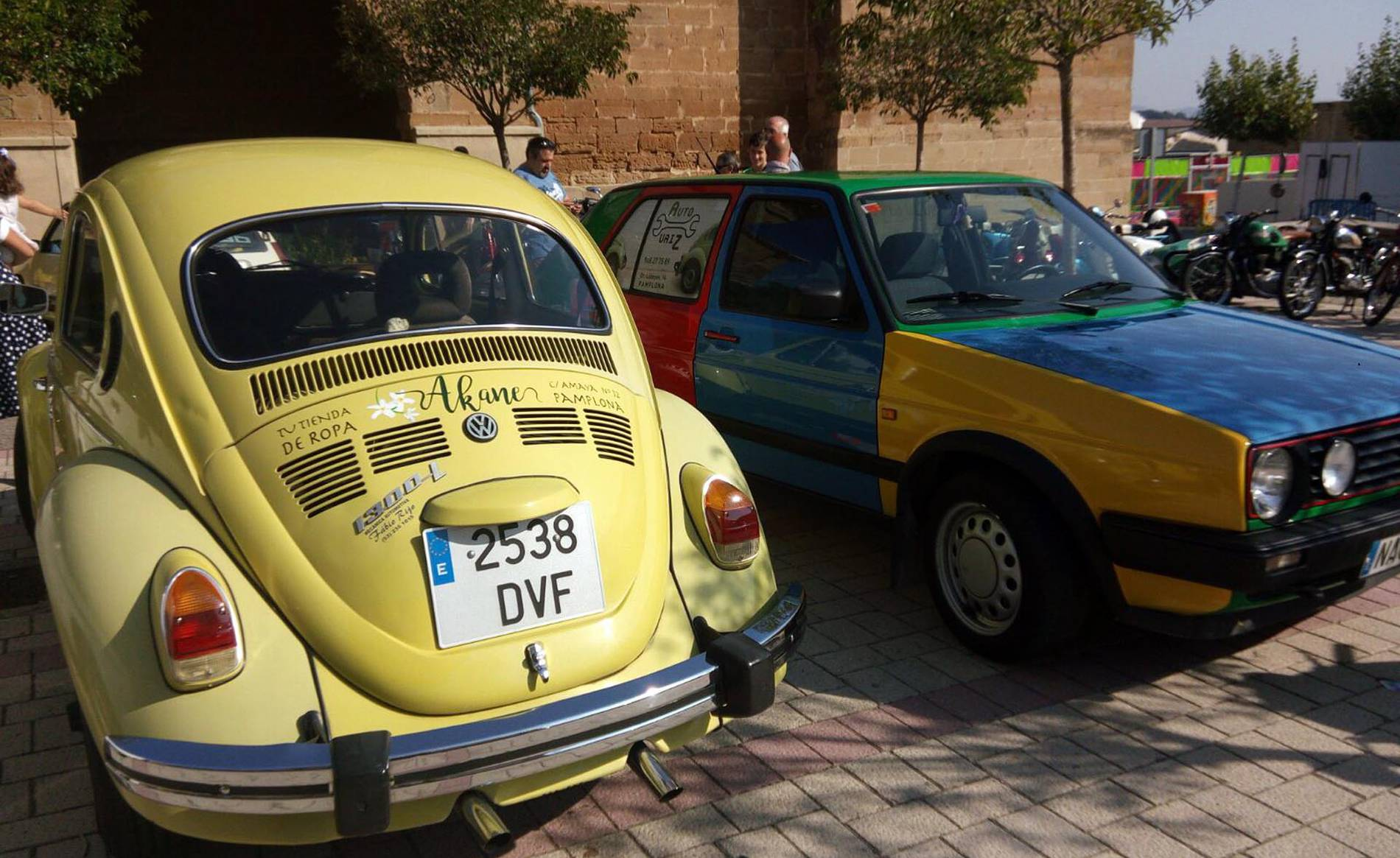 Muestra de vehículos antiguos en Astráin (1/10) - Exposición de coches y motocicletas antiguos en la Plaza del Ayuntamiento durante las fiestas de Astráin 2017. - Pamplona y Comarca -