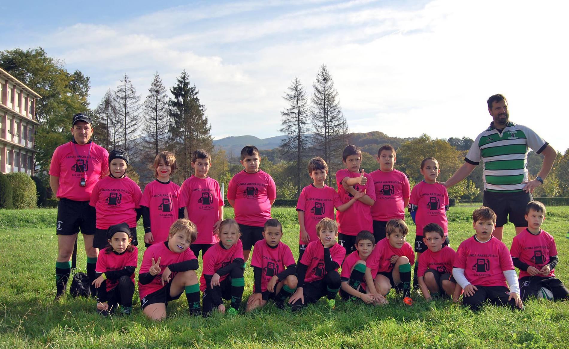 Juegos Deportivos y 'clinic' para el rugby promesas (1/8) - El miércoles 1 de noviembre se celebró en Lekaroz, la primera jornada de los Juegos Deportivos de Navarra de rugby, en la que tomaron parte en torno a 200 deportistas pertenecientes a los clubes Baztan RT Menditarrak, que ejercía de anfitrión; La Única RT; Iruña RC y Gigantes de Navarra Rugby, llegado de la capital ribera. Los más pequeños (sub 8) que todavía no compiten, afianzaron sus conocimientos a través de un 'clinic' de iniciación. - Navarra -