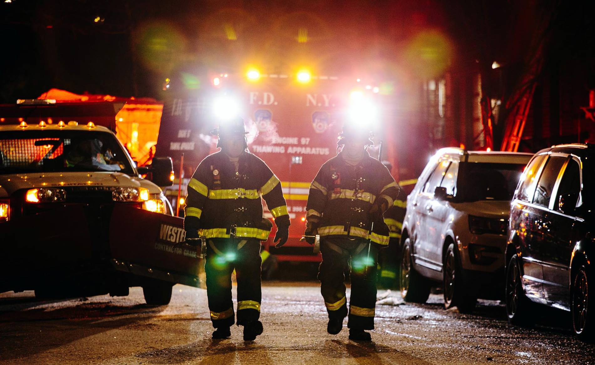 GALERÍA | El peor incendio de Nueva York en los últimos 25 años (1/12) - Las imágenes del incendio ocasionado por un niño en un edificio del distrito del Bronx, en Nueva York - Internacional -