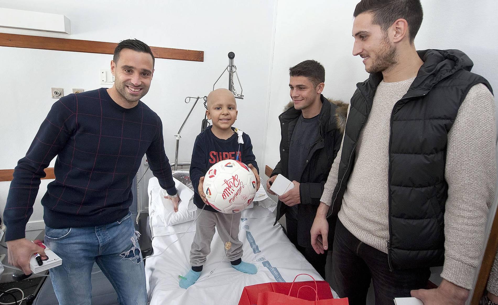 Los jugadores de Osasuna visitan a los niños ingresados en el CHN (1/4) - Imágenes de la visita de los jugadores de Osasuna a los niños ingresados en el CHN. - Navarra -