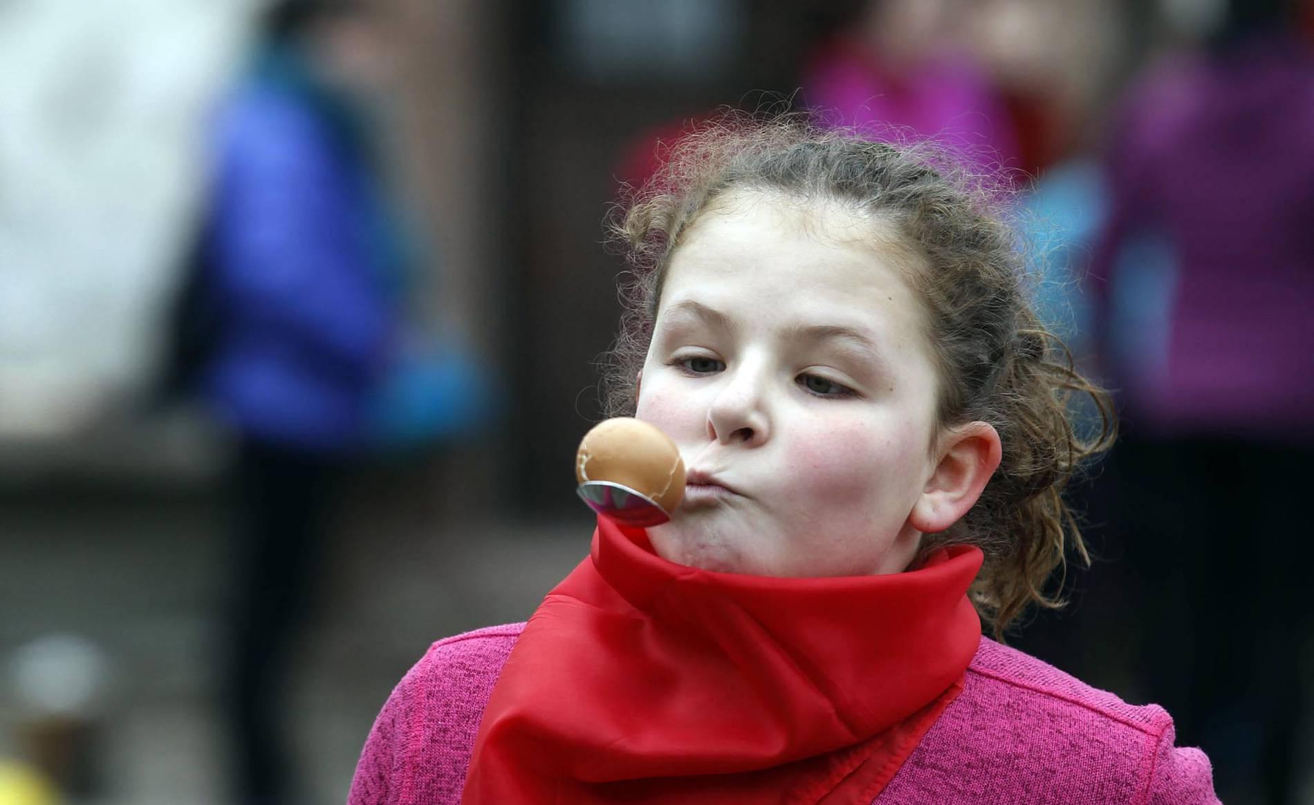 Sonrisas y crestas en el Carnaval de Elizondo e Irurita (1/24) - Medio millar de menores persiguieron, espada de madera en mano, el rastro del Juego del Gallo en el 'Orakunde' de Elizondo. El sector infantil celebró en diferentes localidades del valle la tradición del 'Jueves Gordo' con juegos adaptados a su edad - Zona norte -