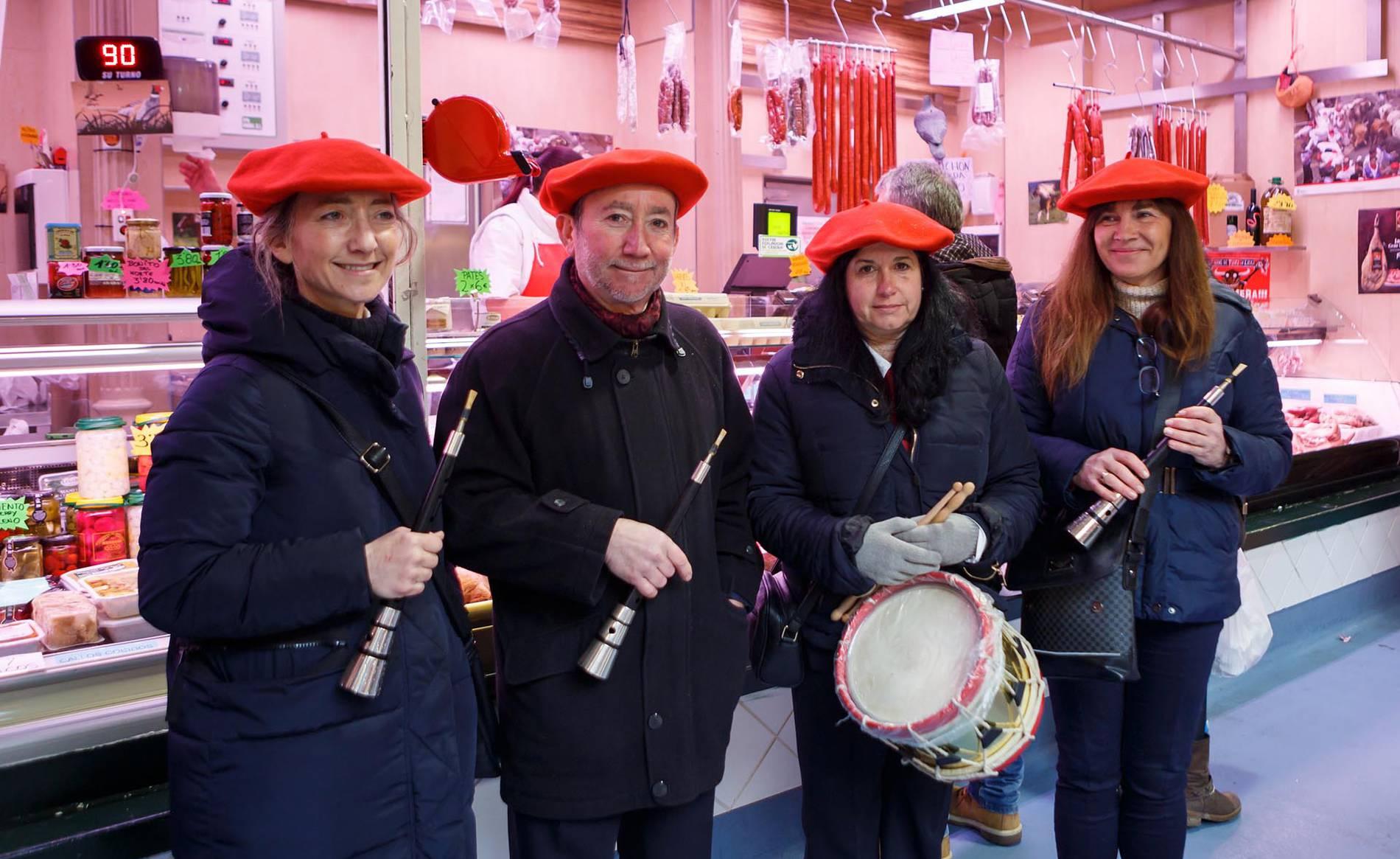 Los caldereros, de visita en el mercado (1/10) - El sábado 3 de febrero las calles del Casco Antiguo de Pamplona acogieron la fiesta de los caldereros, preludio de Carnaval. Dantzaris, gaiteros y los gigantes de fuego Don Lancelot y Doña Graziosa de Arazuri participaron en la comitiva, que hizo una parada en el Mercado de Santo Domingo. La fiestas continuó a la tarde con una chocolatada y un concierto final. - Navarra -