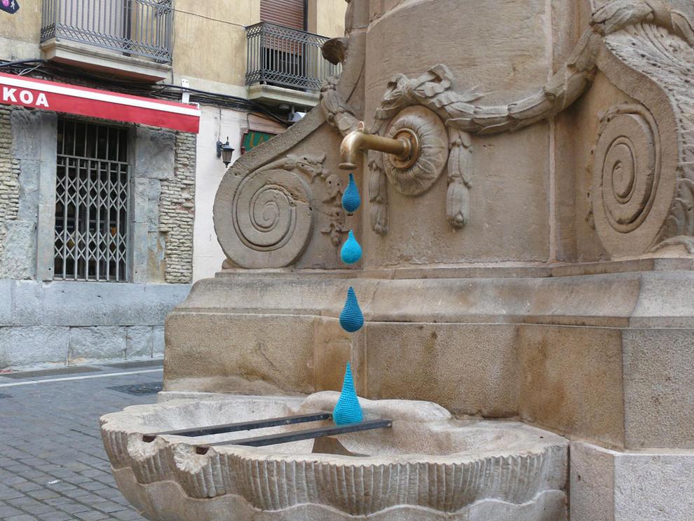 """Gotas de ganchillo en la fuente de Navarrería (1/11) - El sábado 24 de septiembre, la fuente de Navarrería apareció en torno a las 11 horas con gotas de agua fabricadas con ganchillo azul y que colgaban de los grifos. Todo apunta a que se trata de una acción de los """"guerrilleros"""" del ganchillo. Al parecer, la segunda realizada en Pamplona, tras la del Monumento del Encierro. - Pamplona -"""
