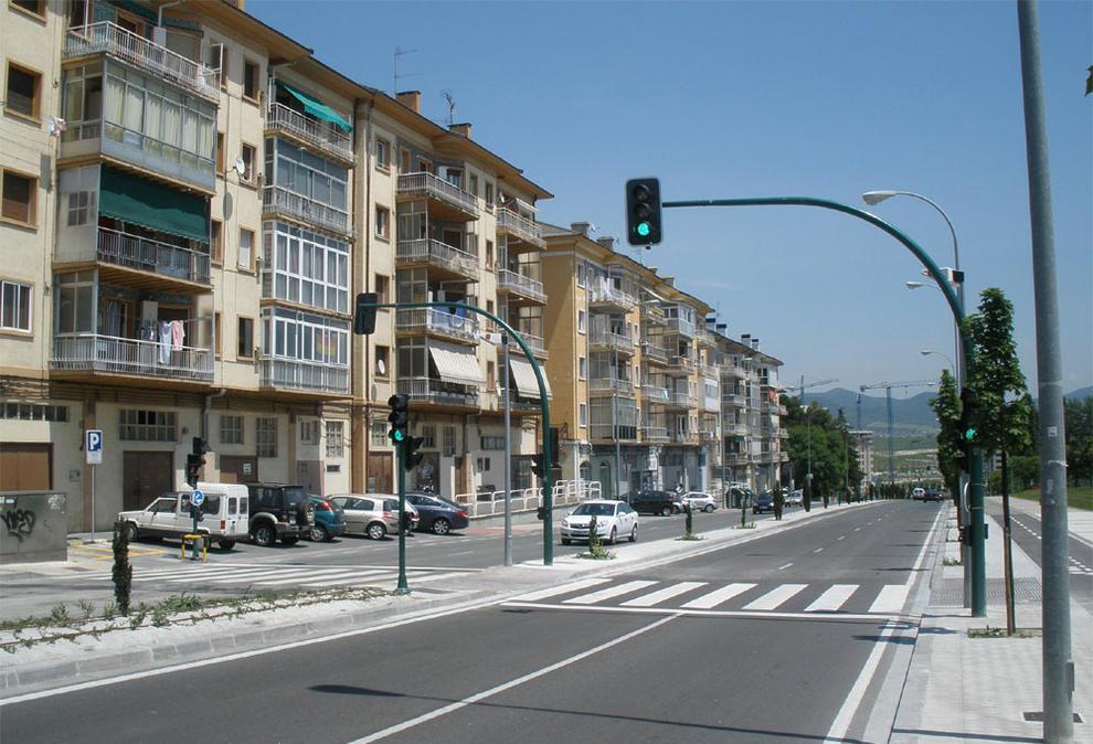 Un sem foro en el paso peatonal de la carretera de for Casa puntos pamplona