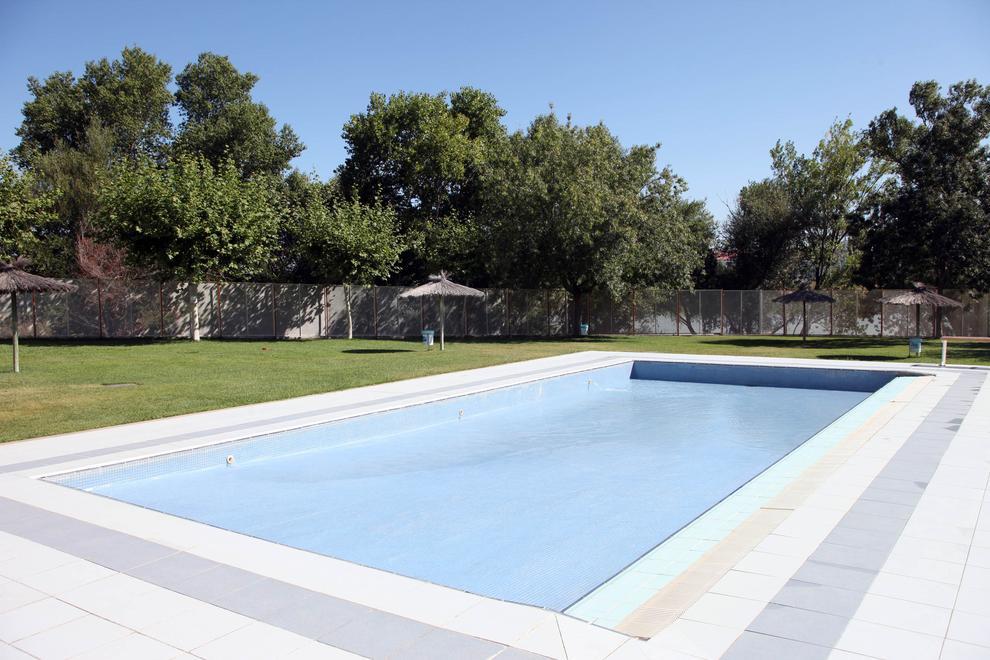 Siguen los problemas con el agua de la piscina de ribotas for Piscinas cubiertas tudela