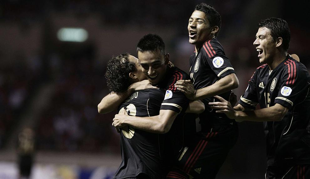 Jugadores mexicanos celebran después de anotar un gol ante Costa Rica. 6685a361d1da5
