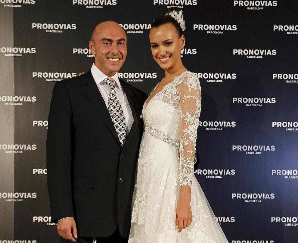 da4c478ff9 El diseñador Manuel Mota posa con la modelo y novia del jugador del Real  Madrid
