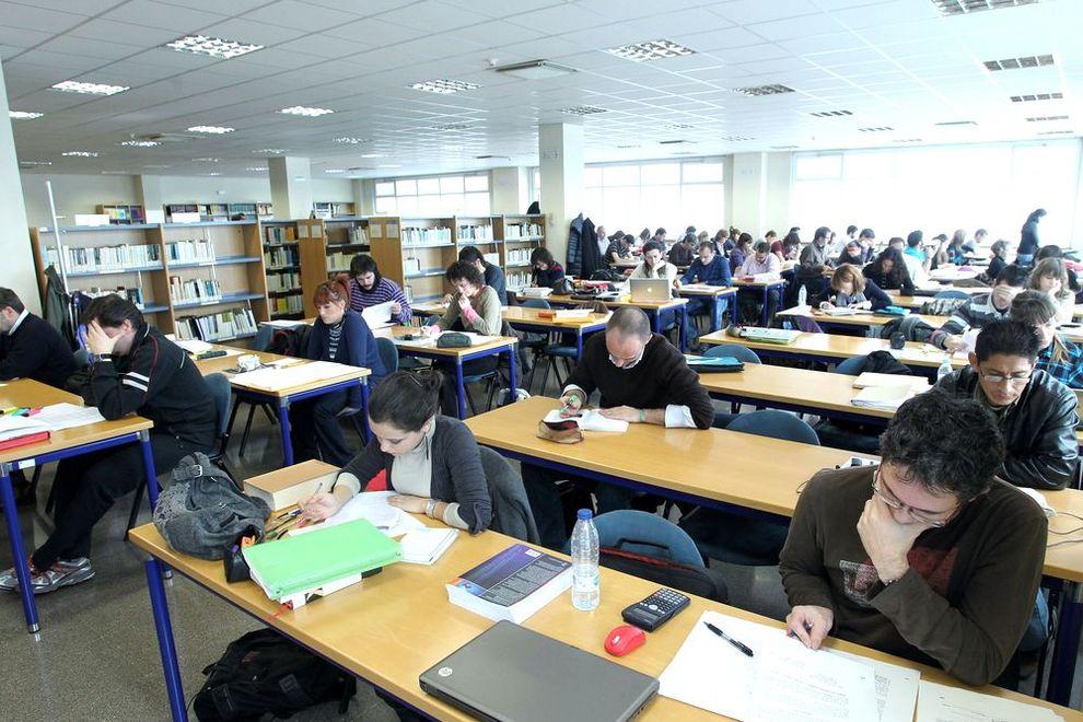 M s de estudiantes en los ex menes de septiembre de for Biblioteca de la uned madrid