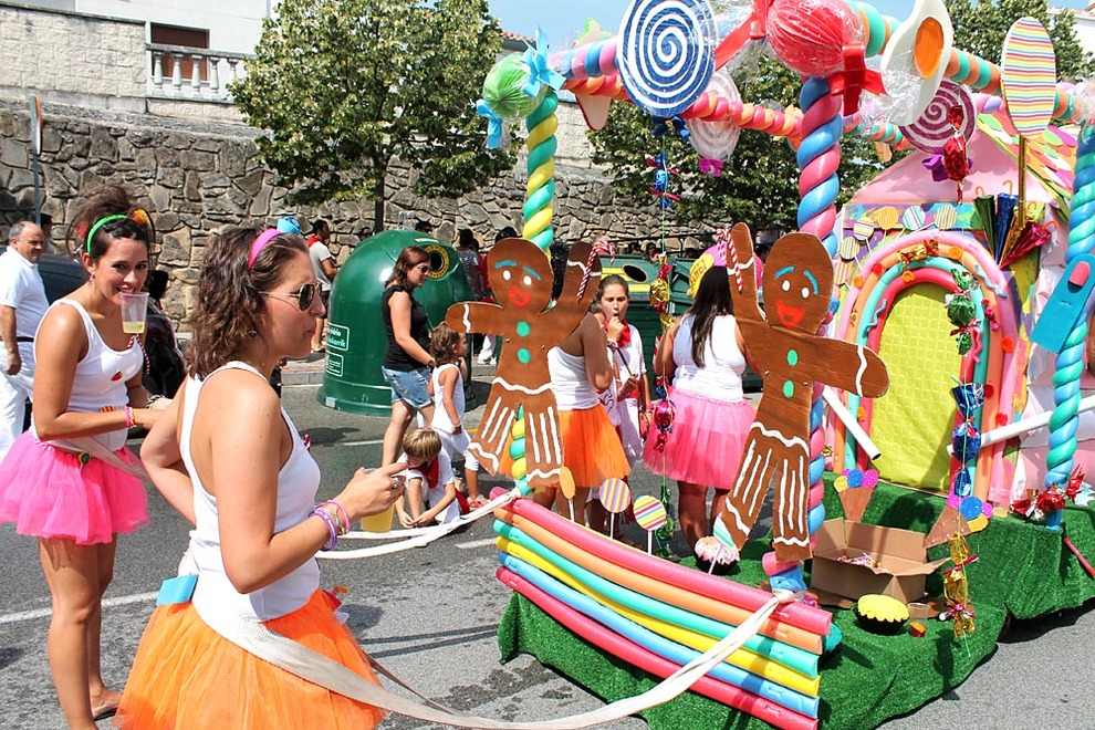 Desfile de carrozas en Noáin (1/42) - Una casita de caramelo, el lejano Oeste, una hacienda mexicana, bailarinas, submarinistas y moteros. Noáin se convirtió este jueves en una macedonia de disfraces con motivo del día de la Juventud. - Pamplona y Comarca -