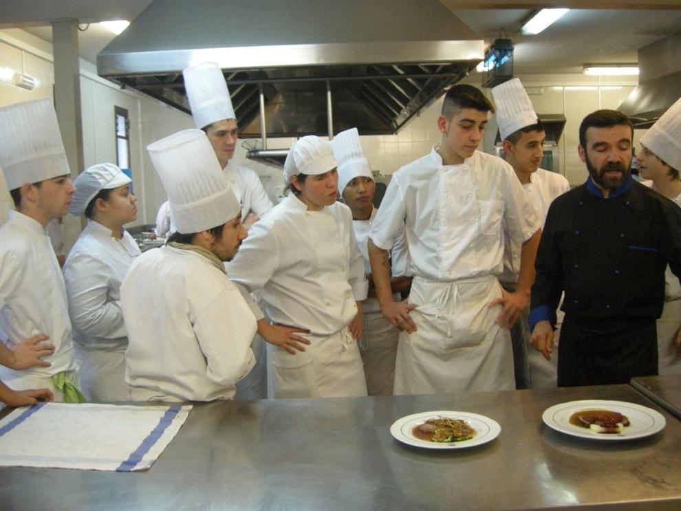 Los futuros chefs de navarra cocinan su futuro de espaldas a la televisi n noticias de - Cursos de cocina en pamplona ...