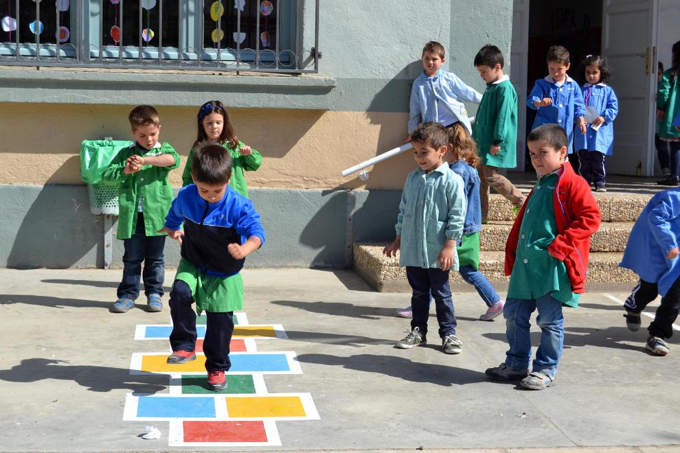 San adri n pinta juegos tradicionales en el suelo del - Se puede pintar el piso ...