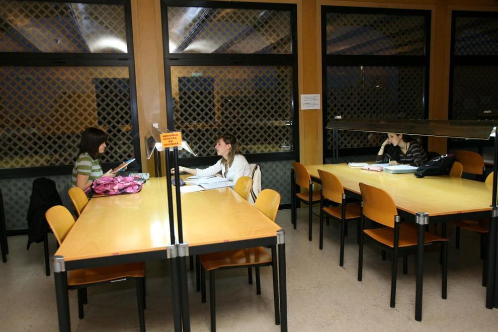 Tudela la uned de tudela recibe la donaci n de 36 libros for Biblioteca uned
