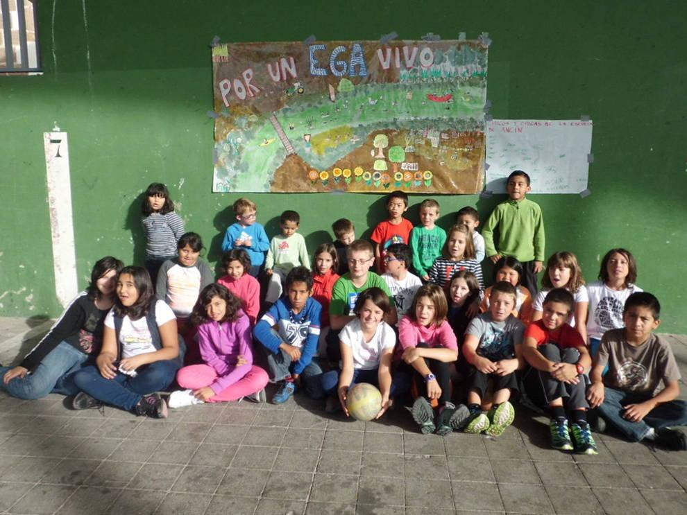 Los escolares delante del mural que elaboraron para la fiesta en torno al río Ega.