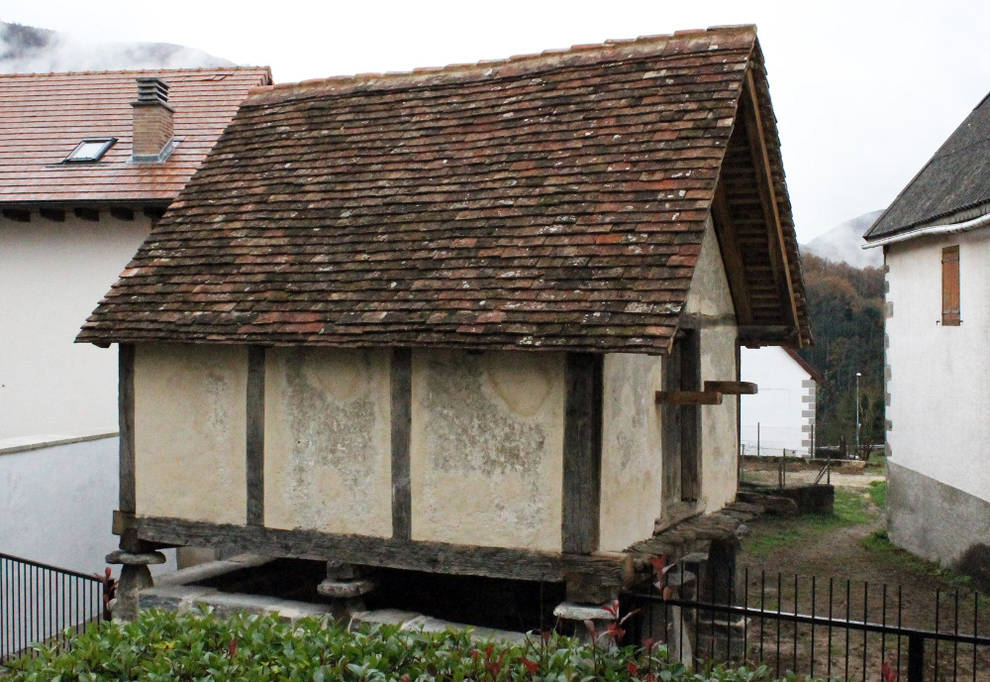 Finaliza la restauración del hórreo de Casa Larrañeta de Orbaitzeta