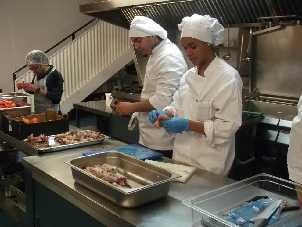 Trece personas participan curso de ayudante de cocina for Ayudante cocina