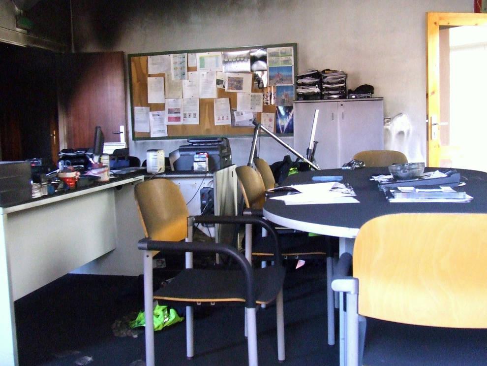 Un conato de incendio obliga a desalojar el ayuntamiento for Oficina de policia