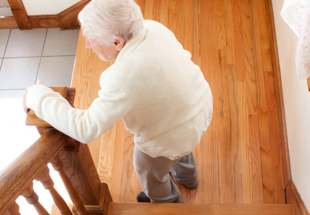 Salud las ca das una preocupante causa de lesiones en for Escaleras de piscinas para personas mayores