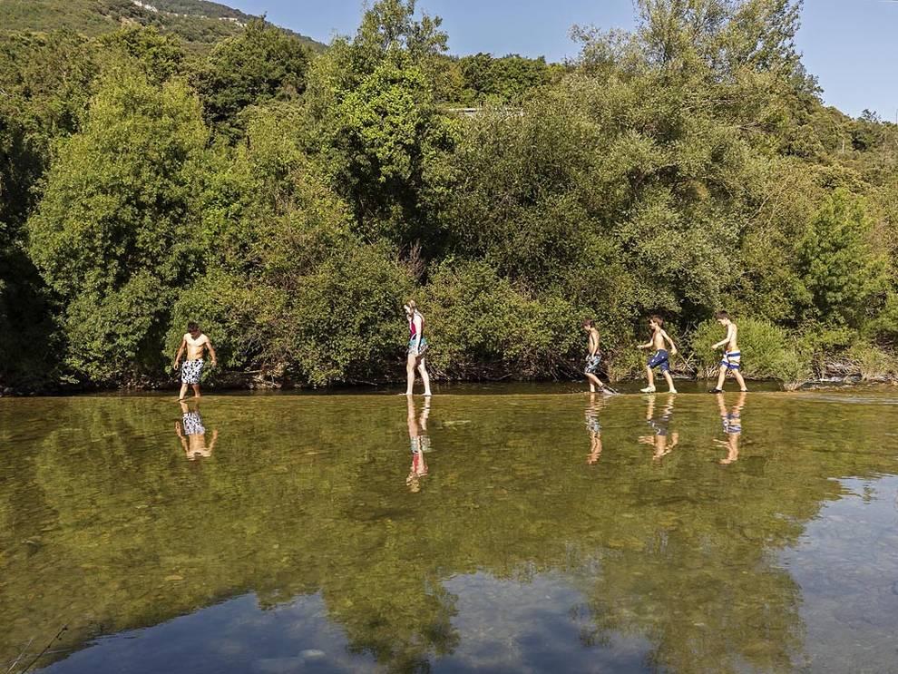 El gobierno controlar la calidad del agua de 11 zonas de for Piscinas naturales urederra